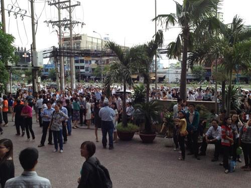 Hàng trăm người tụ tập trước tòa nhà 194 Golden gần cầu vượt Văn Thánh (Q.Bình Thạnh) sau trận động đất chiều 11.4 - Ảnh: Nguyễn Phúc Diệu Hiền