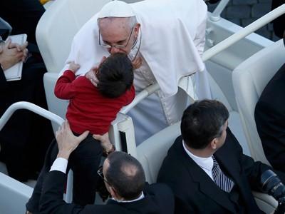 Giáo hoàng hôn một em bé trước lễ nhậm chức ngày 19/3. Ảnh: getty images