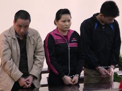 Nguyễn Thị Quy (giữa) cùng 2 bị cáo tại tòa