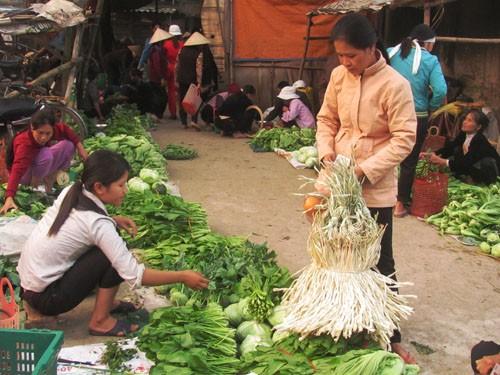 Trước khi ra về, nhiều người còn tranh thủ mua luôn rau, thức ăn… chuẩn bị cho bữa trưa.