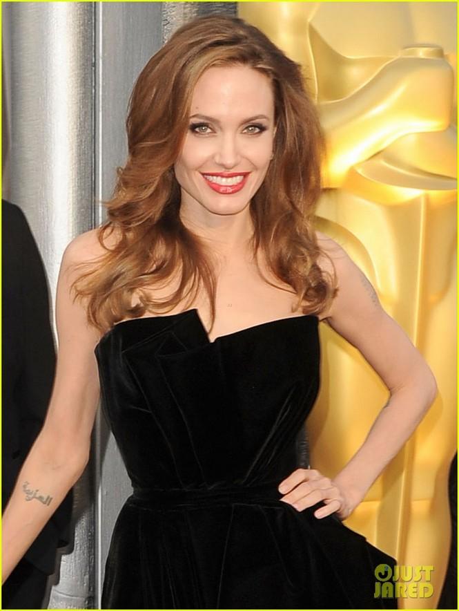 Angelina xinh đẹp và lộng lẫy trong bộ đầm hiệu Atelier Versace