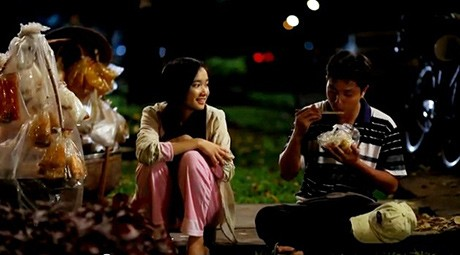 Quán bánh tráng vỉa hè của cô gái là nơi họ thường hò hẹn
