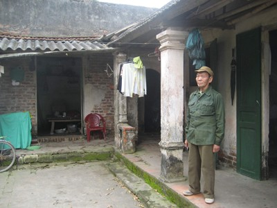 Thương binh Hứa Minh Thuận trước căn nhà đã xuống cấp