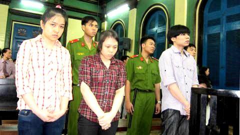 Hồ Thị Mỹ Dung (đứng giữa) cùng đồng bọn tại tòa