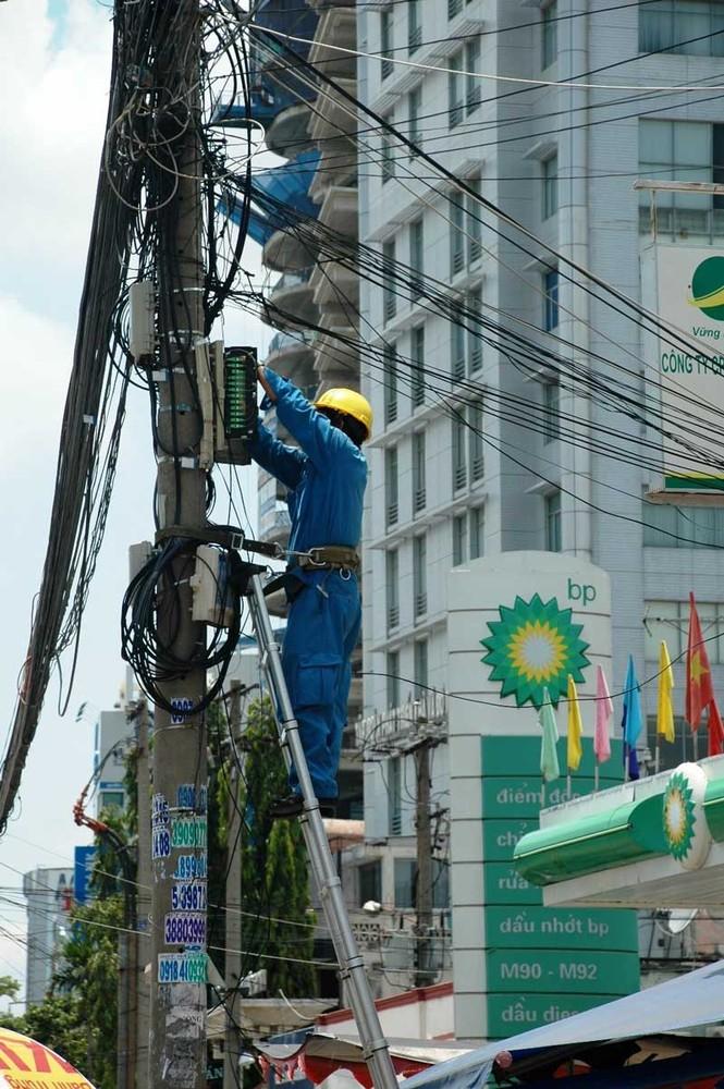 Người thợ sửa đường dây điện giữa trưa trên đường Điện Biên Phủ (quận Bình Thạnh)