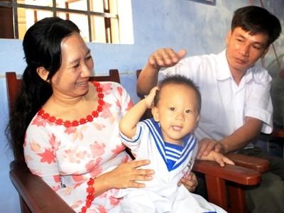 Vợ chồng cô giáo Nhung và con trai út học mẫu giáo ở đảo Trường Sa Lớn. Ảnh: Nguyễn Huy