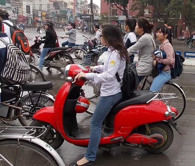 Nhiều sinh viên đi xe đạp điện không MBH - ảnh 1
