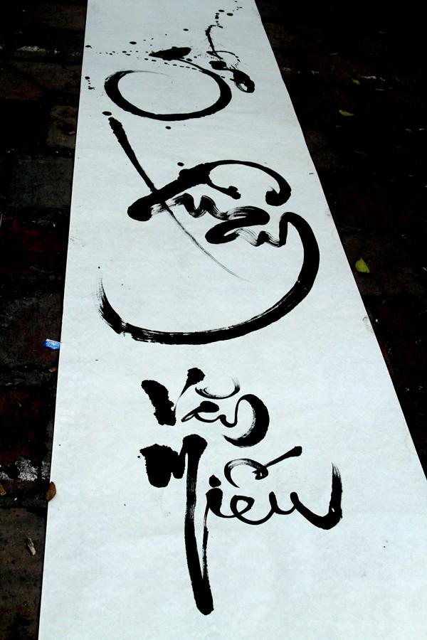 Cùng thư pháp chữ Hán là thư pháp chữ Việt (Gió Xuân Văn Miếu)