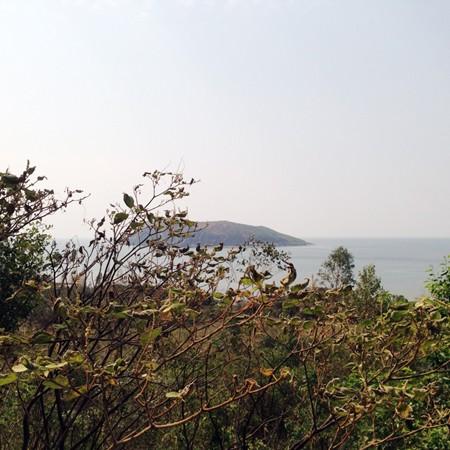 Đảo Yến (còn gọi là đảo Vũng Chùa), nhìn từ vị trí an táng