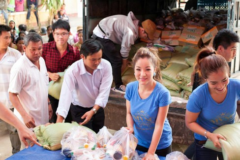 Hà Kiều Anh, Thúy Nga đi từ thiện xuyên Việt - ảnh 5
