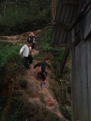 Bọn trẻ trèo đèo, lội suối đến lớp.             Ảnh: kiều minh