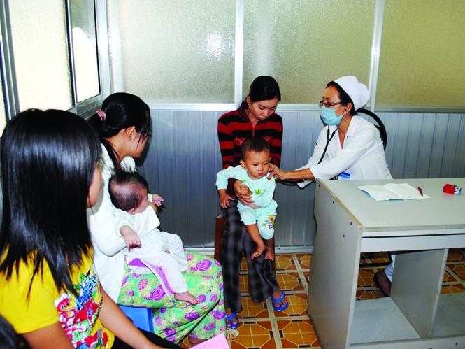 Trẻ đến khám hô hấp ở BV Nhi đồng 2. Ảnh L.N