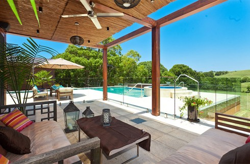 Từ gian giải trí sẽ dẫn thông sang bể bơi ngoài trời, kết nối cùng với một bồn tắm nóng