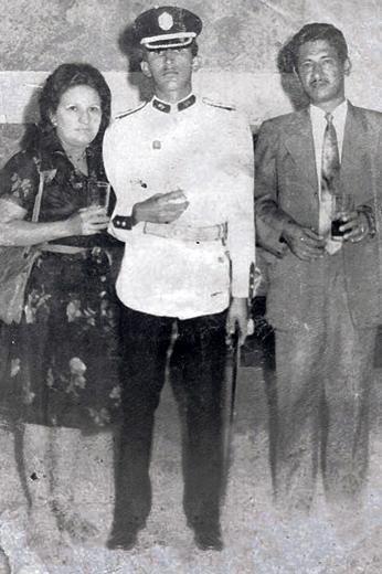 Ông Hugo Chavez chụp ảnh cùng bố mẹ tại Học viện Quân sự