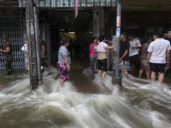 Nước lũ đã tràn vào một số cửa hàng ở trung tâm Bangkok ngày 29-10