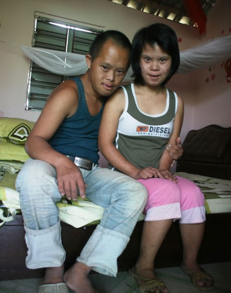 Đôi vợ chồng trẻ trong căn buồng hạnh phúc