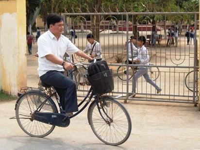 15 năm nay, dù thiếu hai bàn chân và nửa cánh tay trái, thầy Đào Thanh Hương vẫn hàng ngày đạp xe đi dạy học