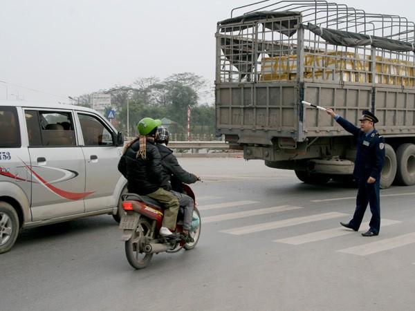 Thanh tra mệt mỏi vì hò hét hướng dẫn người điều khiển phương tiện
