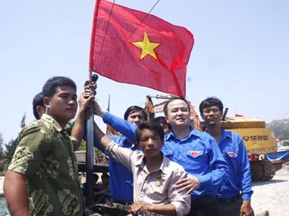 Treo cờ tổ quốc lên nóc mỗi tàu cá