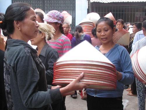 Cảnh người mua bán tấp lập nón tại góc phía đông chợ