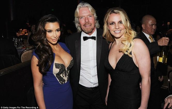 Kim Kardashian và Britney vẫn ăn mặc rất gợi cảm tới tham dự bữa tiệc