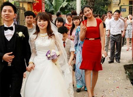 Hoa hậu Ngọc Hân, bạn cô dâu xuất hiện trong đám cưới