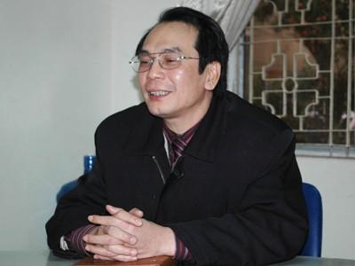Thầy Nguyễn Xuân Lâm, Phó hiệu trưởng trường THPT Kim Liên trao đổi với phóng viên
