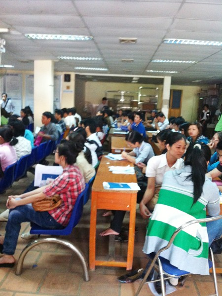 Lao động ngồi chờ đăng ký bảo hiểm thất nghiệp ở Trung tâm Giới thiệu             việc làm TPHCM Ảnh: L.N