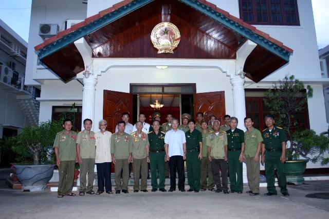 Đoàn gặp gỡ và tặng bức chân dung Chủ tịch Hồ Chí Minh cho Tổng lãnh sự quán Việt Nam tại Savannakhet- Lào