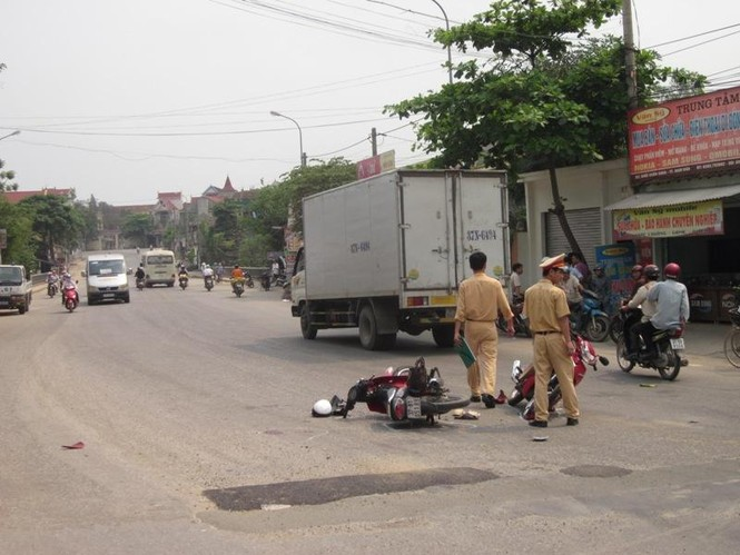 Xe máy đâm nhau, ba người bị thương nặng - ảnh 2