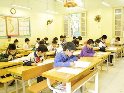 Các học sinh làm bài thi