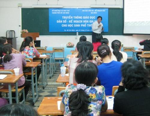 Nhiều GV còn e ngại trong việc GDGT cho HS.Trong ảnh: GV tại TP.HCM tham gia tập huấn giáo dục về kiến thức sinh sản, kế hoạch hóa gia đình cho HS