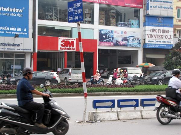 Cột phân làn giao thông trước số nhà 460 Xã Đàn (Đống Đa)bị đâm gần gãy