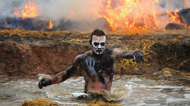 Một vận động viên đang hoàn thành phần thi của mình trong cuộc thi chạy bền Tough Guy Challenge được tổ chức hàng năm tại Telford (Anh). Các vận động viên phải vượt qua các chướng ngại vật như nước nóng, lửa và cả vùng băng tuyết. Ảnh: BBC