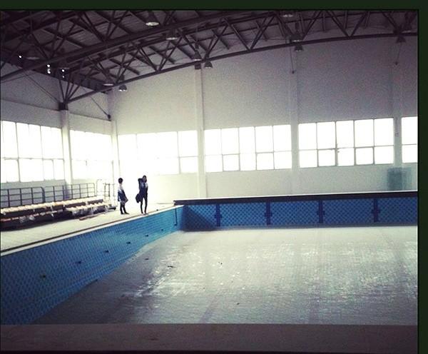Bể bơi trong nhà rộng lớn khiến các em học sinh có thể thoải mái trong các giờ học thể dục