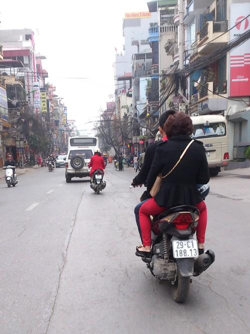 Nhiều người đi đường không đội mũ bảo hiểm