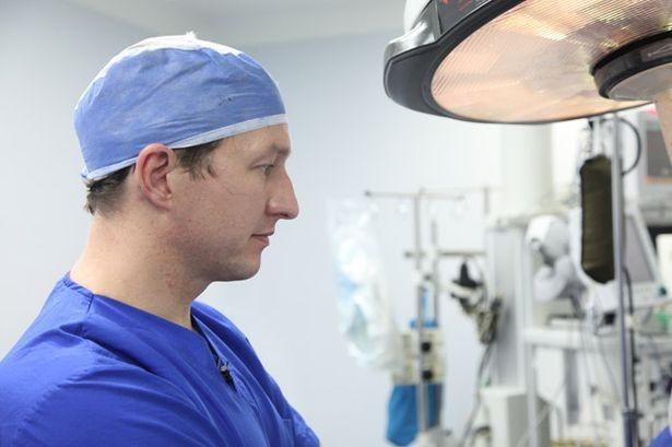 Bác sĩ phẫu thuật Neil Bulstrode