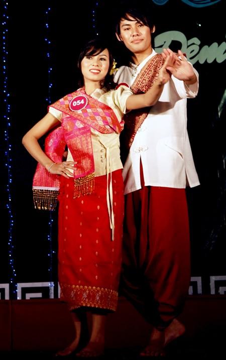Anousin và Tom đem phong vị Lào tới Việt Nam qua điệu múa Đuông Đươn được cả hai luyện tập trong thời gian ngắn