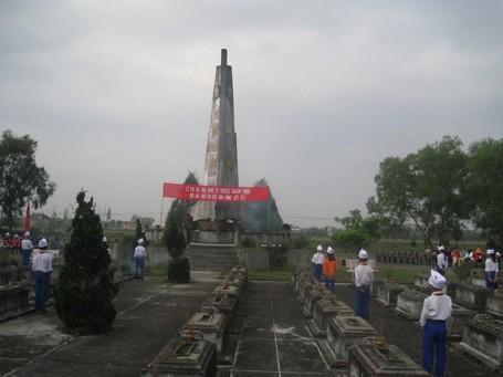 Một giờ học lịch sử của các em học sinh Trường Tiểu học cơ sở số 1 Triệu Trạch tại nghĩa trang liệt sỹ. (Ảnh: Nhà trường cung cấp)