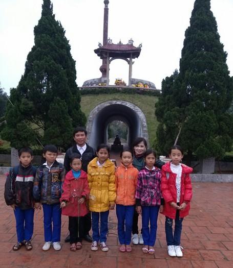 Các em học sinh lớp 4, 5 chụp ảnh kỷ niệm tại Thành cổ Quảng Trị sau giờ học lịch sử. (Ảnh: Nhà trường cung cấp).