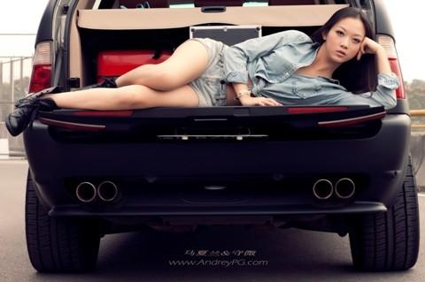 Người mẫu sexy bên xế hộp BMW - ảnh 4