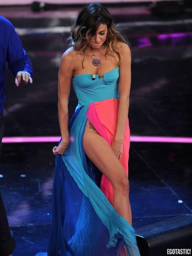 Belen Rodriguez với chiếc váy xẻ vô duyên