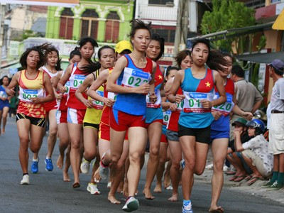 Nhóm chạy ở nội dung 5 km nữ tuyển nâng cao