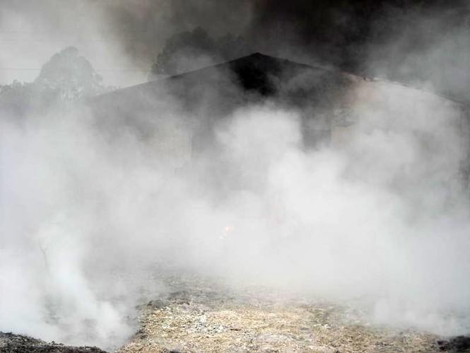 Tuy nhiên, do lối vào hẹp, xe cứu hỏa không thể tiếp cận hiện trường, lực lượng chức năng phải bơm nước dưới sông Nhuệ lên để dập lửa