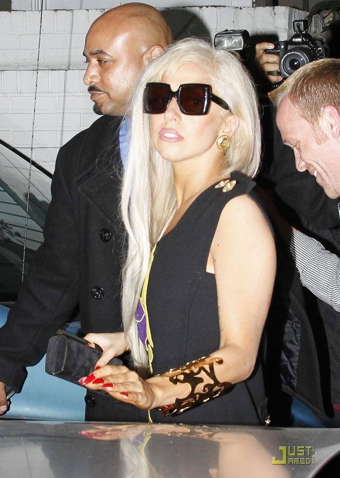 Lady Gaga 'bất ngờ' ăn mặc nữ tính - ảnh 5
