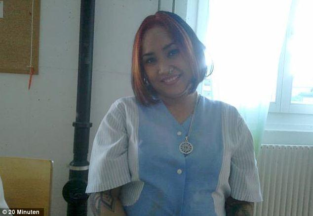 Nữ y tá tươi cười, tạo dáng bên người chết - ảnh 3