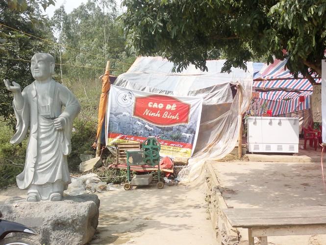 Bên tượng La Hán là biển Cao dê với quảng cáo: Cho tình xuân viên nãm ở chùa Bái Đính cổ