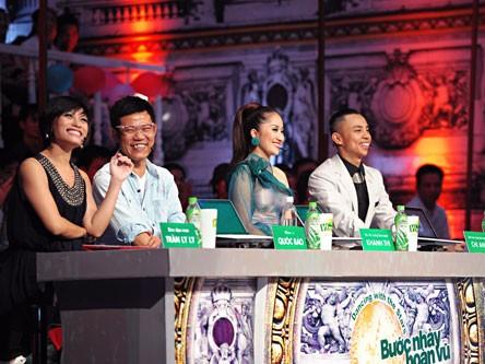 Bộ tứ giám khảo đêm qua, biên đạo múa Trần Ly Ly (váy đen) là vị giám khảo thứ 4