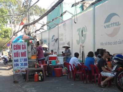 Quán cơm B4 tại Bến xe Miền Đông chỗ nấu ăn cũng được tận dụng làm chỗ ngủ cho nhân viên. Ảnh: Hồng Ân