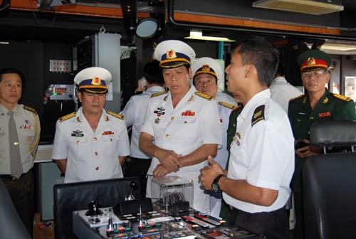 Sĩ quan hải quân Singapore giới thiệu tính năng hoạt động của tàu